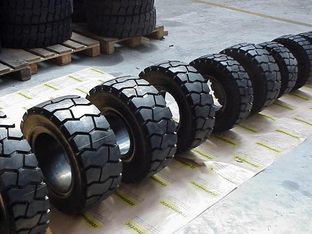 Industriālās riepas autoiekrāvējiem un traktoriem